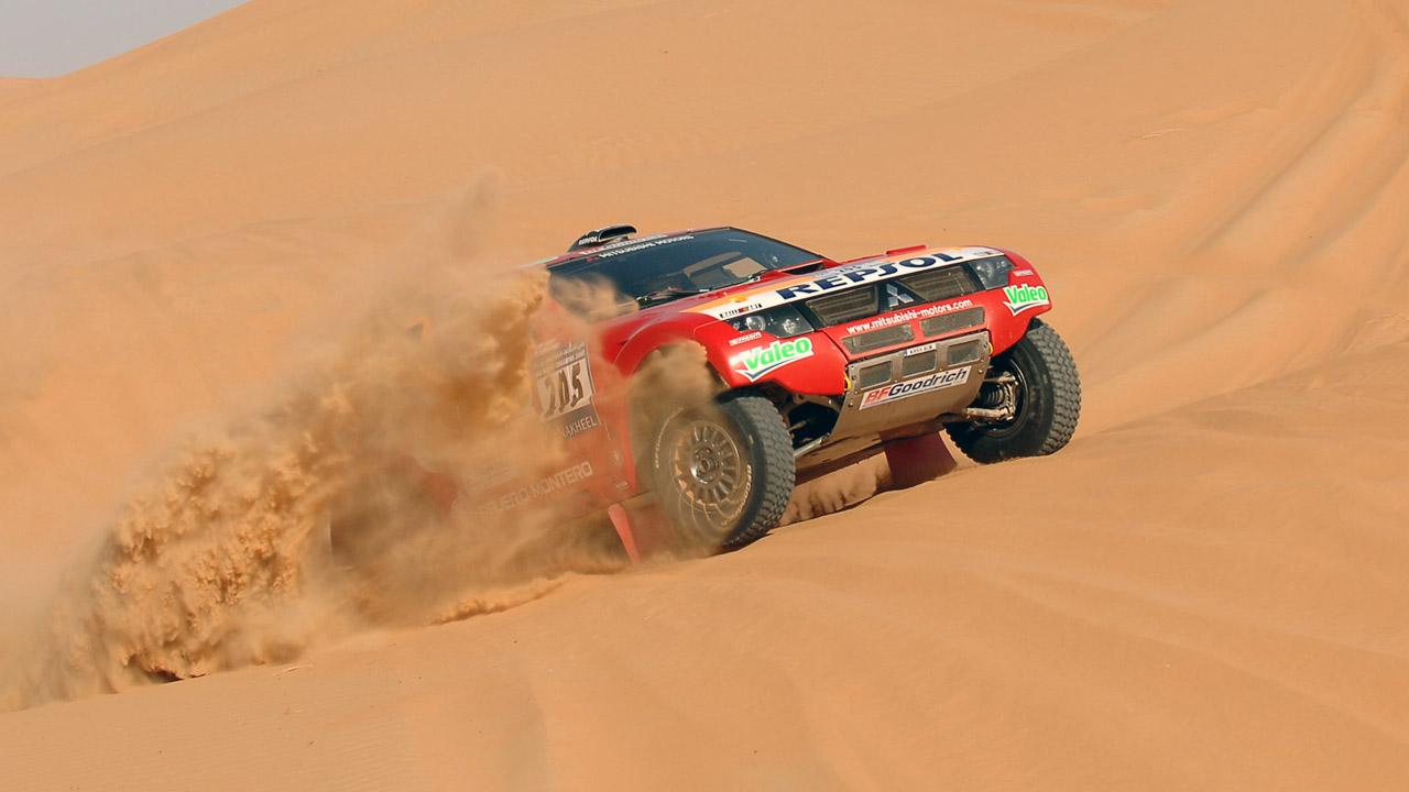 Mitsubishi на песчаном бархане