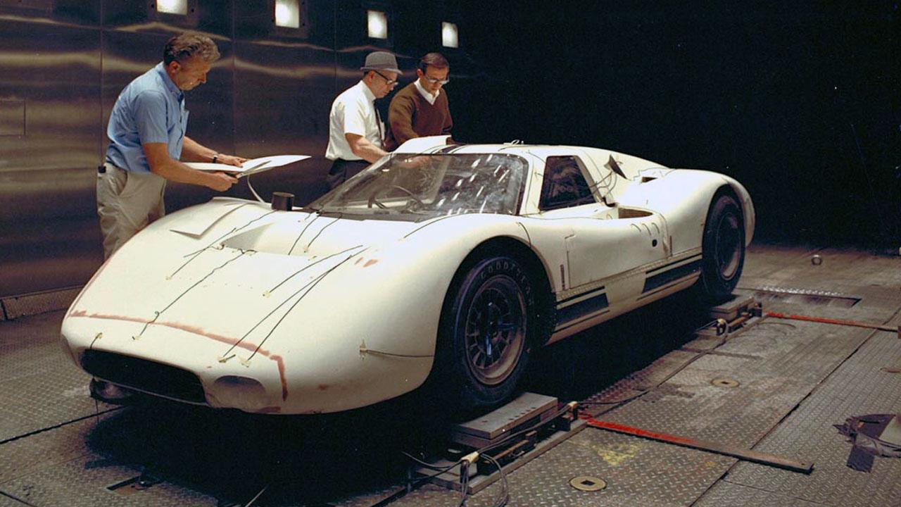 Керрол Шелби за работой над гоночным прототипом