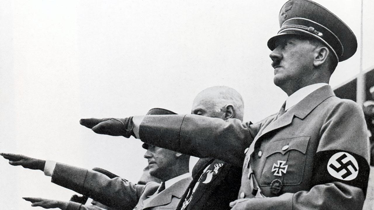 Адольф Гитлер Зигует