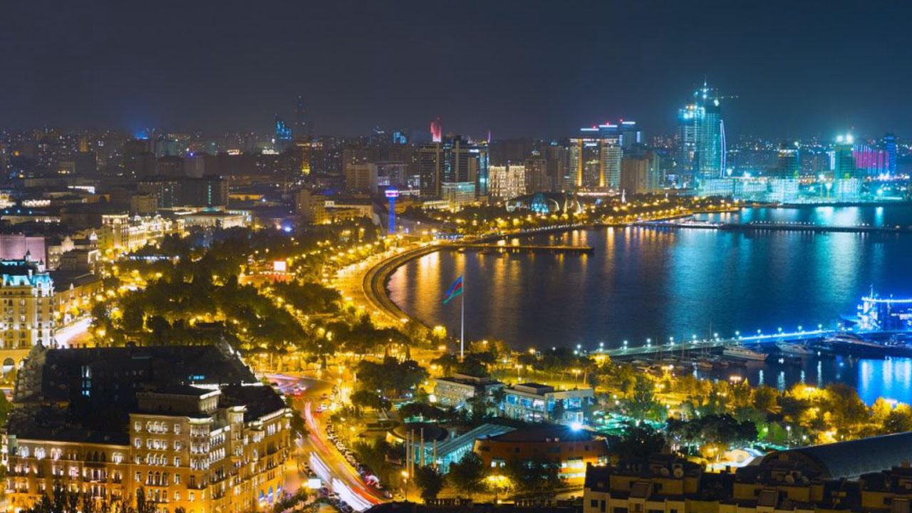 Приморский бульвар Баку ночью