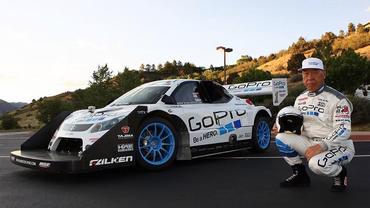Тадзима рядом с Suzuki Monster Sport SX4